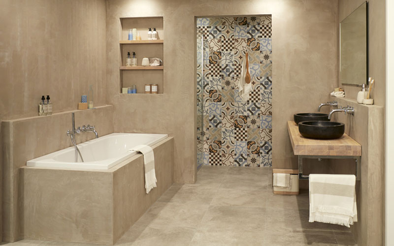 En-suite badkamer in natuurkleuren