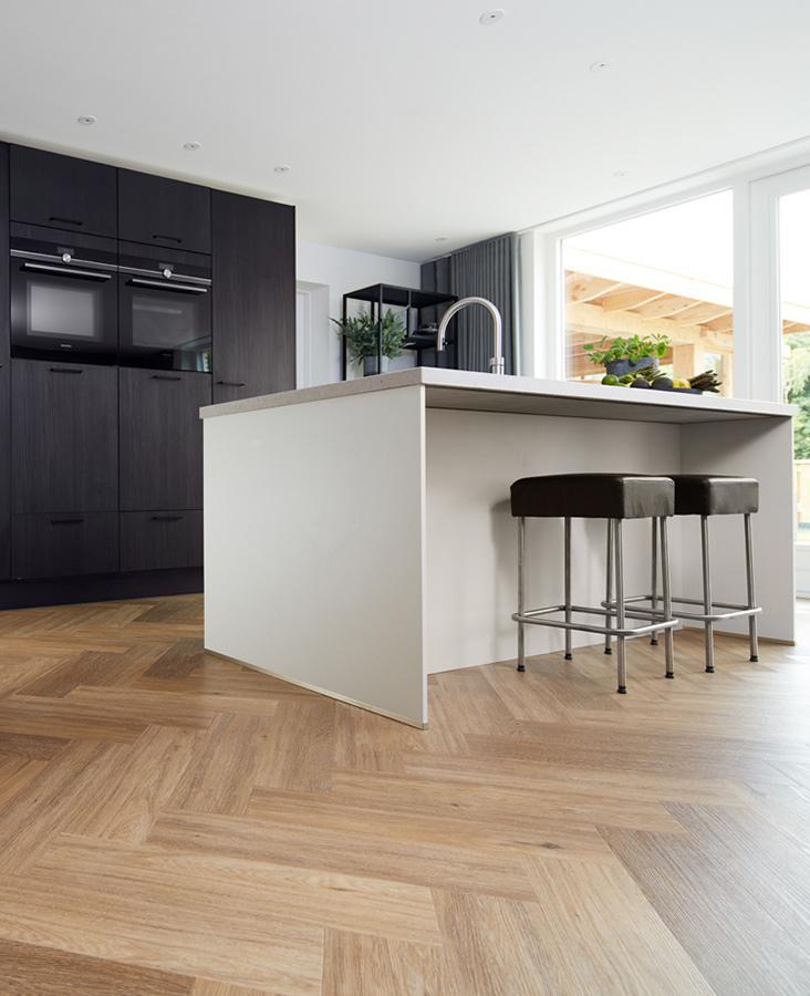 Keuken met visgraat vloer