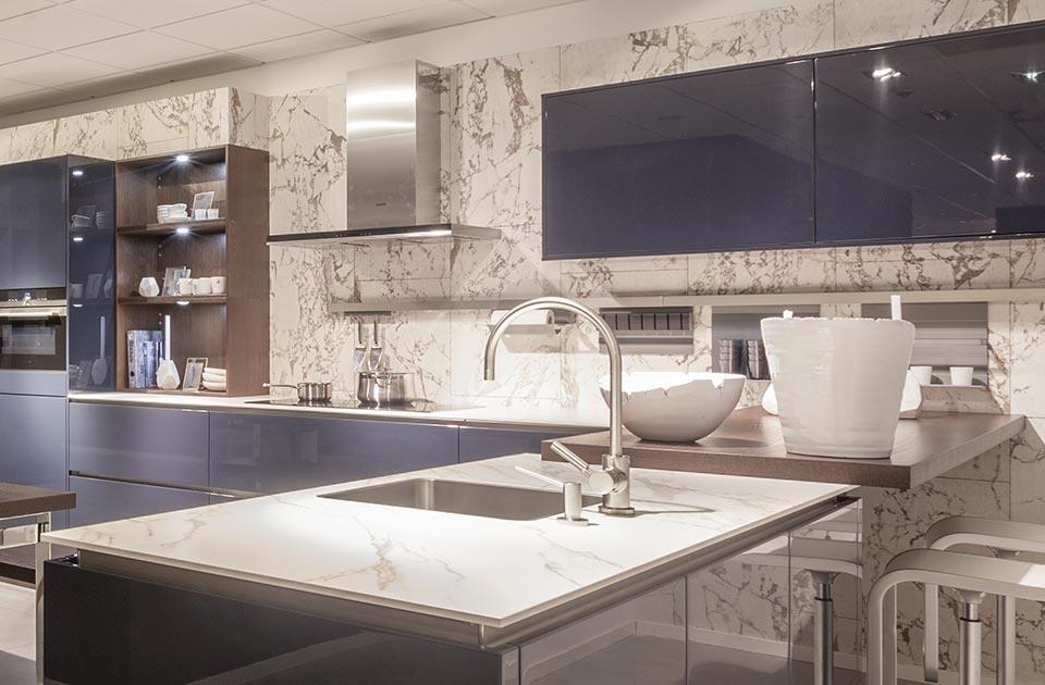 Blauwe keuken met marmer