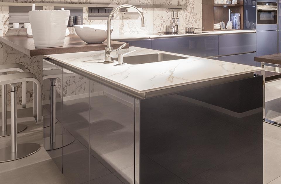 Blauwe keuken met kookeiland