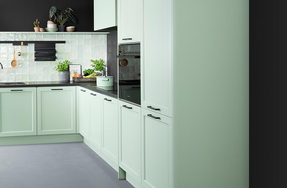 Groene keuken met hoge keukenkasten