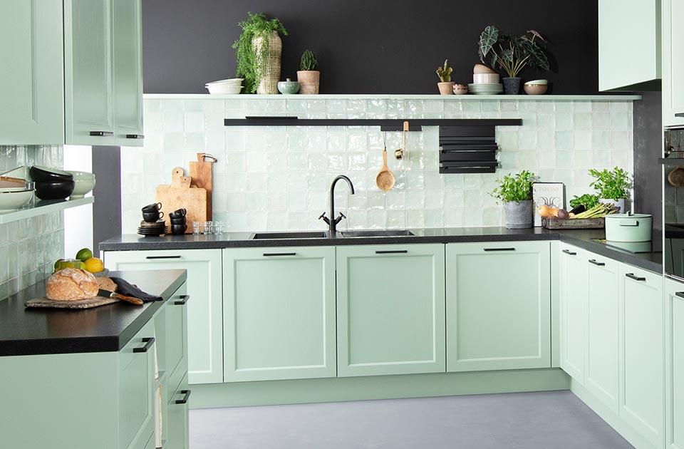 Groene keuken met zwart werkblad