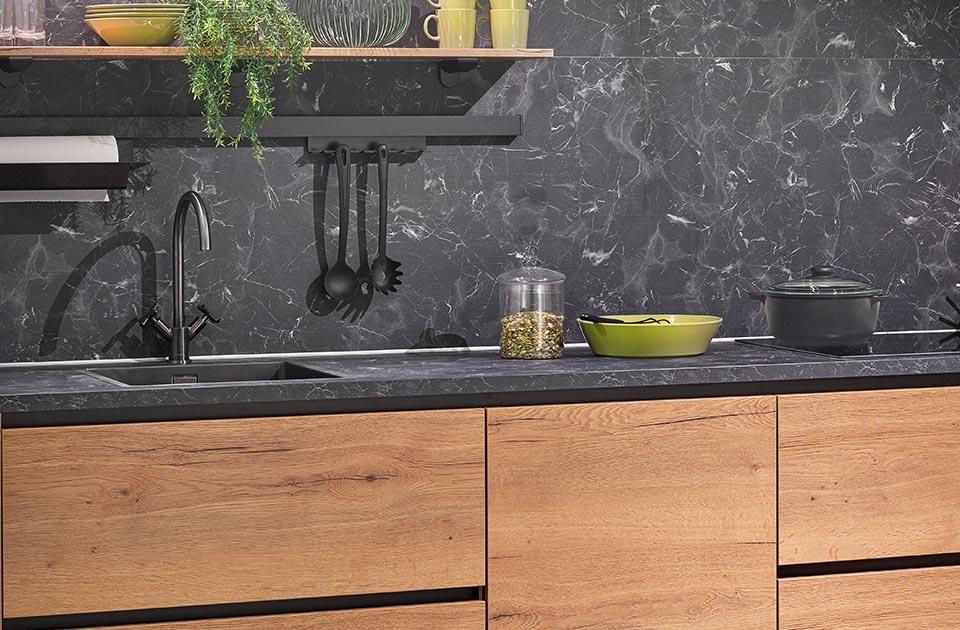 Keuken met antraciet elementen