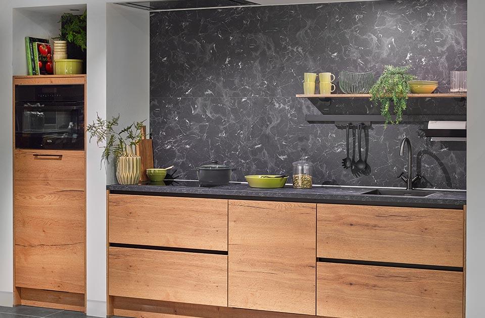 Houten keuken met antraciet werkblad