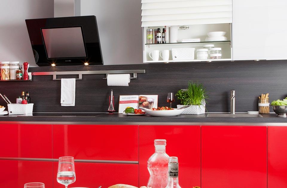 Rode keuken met donker werkblad