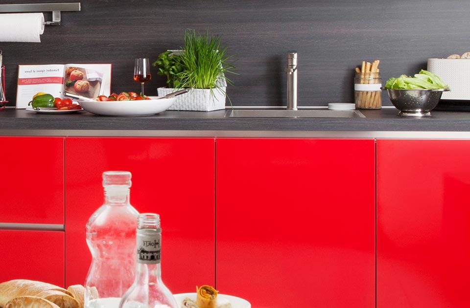 Rode keuken met hout