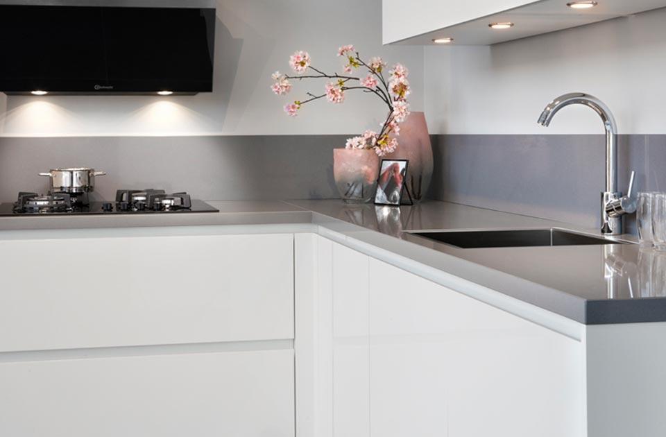 Greeploze witte keuken met grijs werkblad