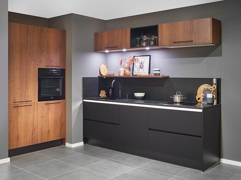 Donker kleurige keuken