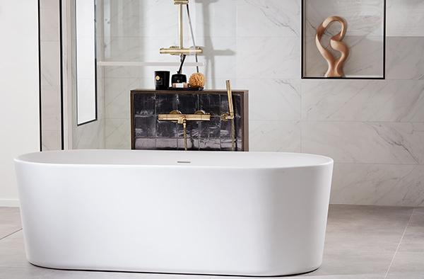 Witte badkuip in badkamer